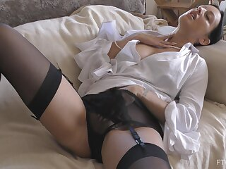 Provocative girlfriend Cassie spreads her legs to twit her scrounger